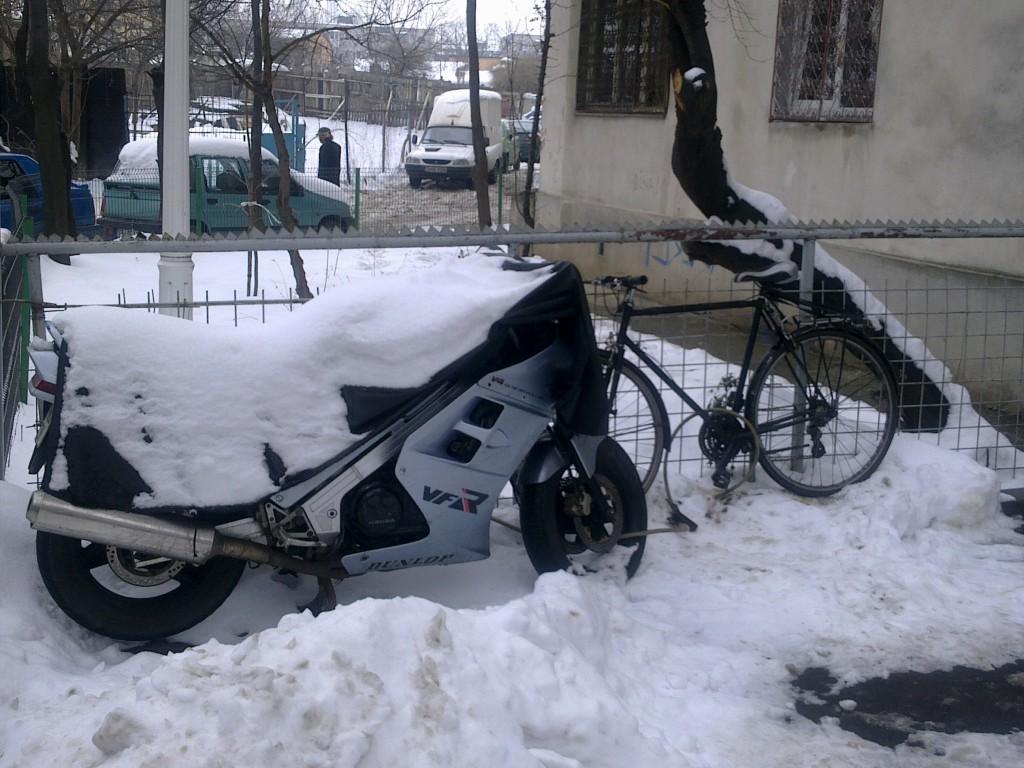 bicicleta si motocicleta in hibernare